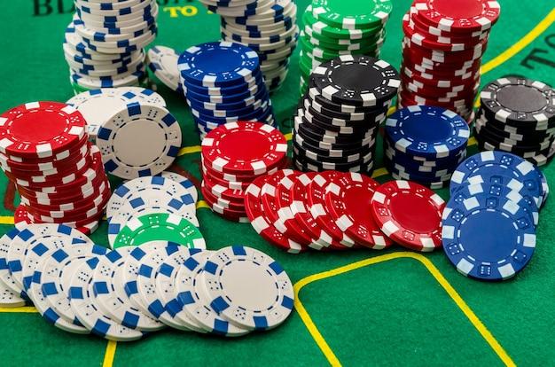 Karty do pokera i żetony na zielonym stole