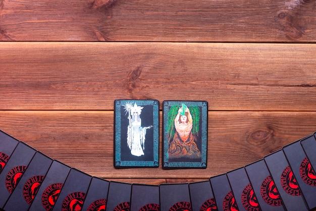 Karty do wróżenia na drewnianym stole z miejscem na tekst. koncepcja wróżenia, karty tarota, medium.