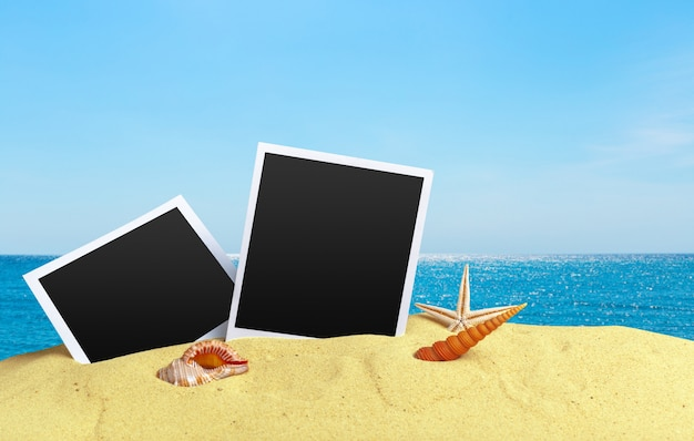 Karty fotograficzne na piaszczystej plaży