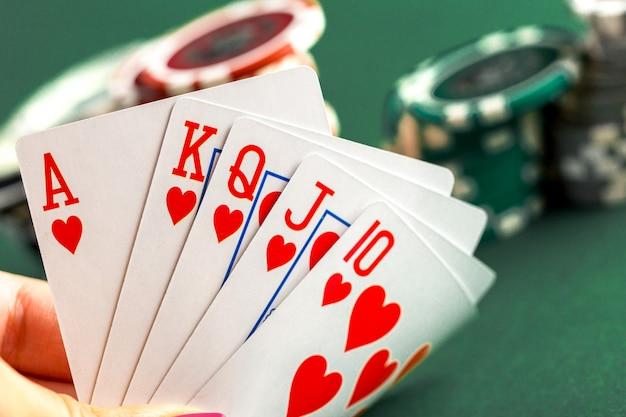 Karty i żetony do pokera na zielonym stole