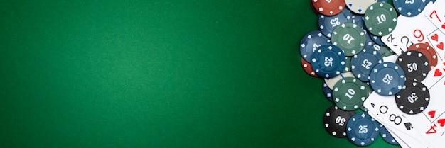 Karty i żetony na zielonym tle.