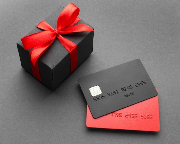Karty kredytowe i pudełko upominkowe na wyprzedaży w cyber poniedziałek