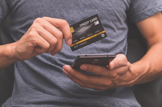 Karty kredytowe lub pożyczki za pośrednictwem smartfonów