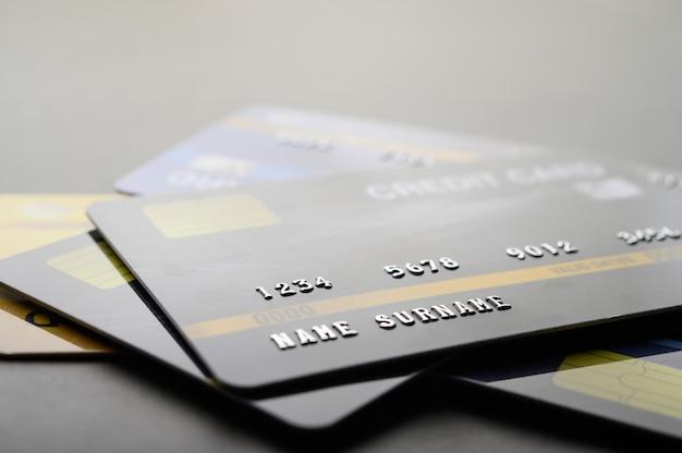 Karty kredytowe ułożone na podłodze