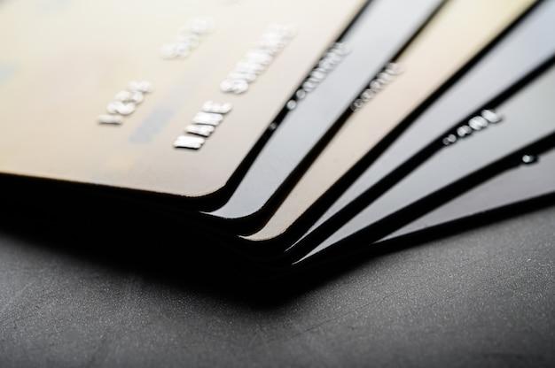 Karty kredytowe ułożone równo w stos