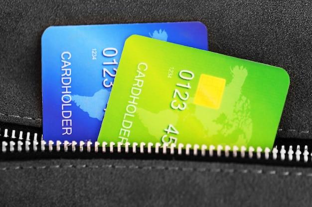 Karty kredytowe w kieszeni szarej torby, z bliska