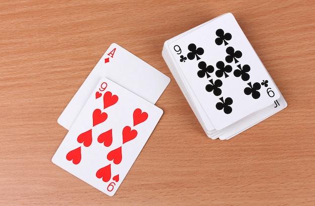 Karty na drewnie