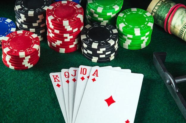 Karty pokerowe z kombinacją pokera królewskiego w klubie pokerowym