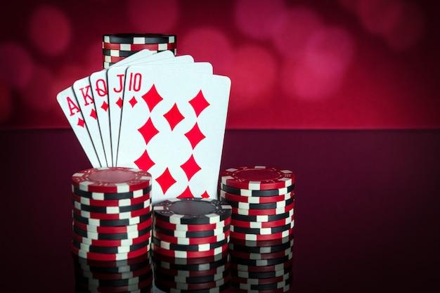 Karty pokerowe z kombinacją pokera królewskiego zbliżenie kart do gry i żetonów w klubie pokerowym