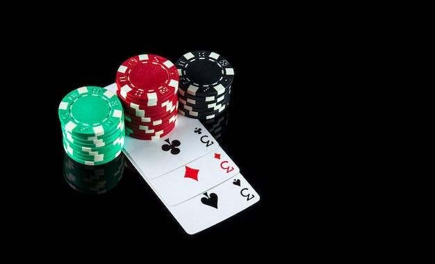 Karty pokerowe z trzema rodzajami lub zestawami kombinacji zbliżenie kart do gry i żetonów w klubie pokerowym
