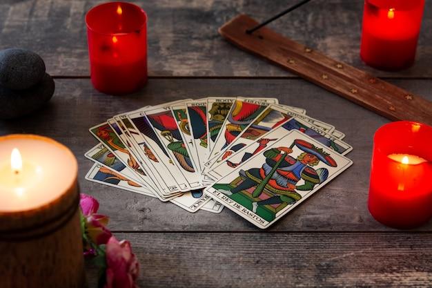 Karty tarota na rustykalnym stole