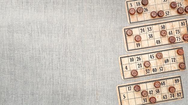Karty z numerami i beczkami lotto.