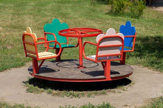 Karuzela Dla Dzieci W Parku Premium Zdjęcia