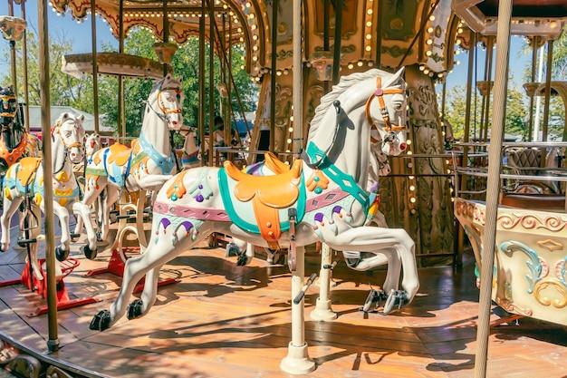Karuzela w paryskim stylu z końmi na pierwszym planie. zabawna koncepcja dla dzieci