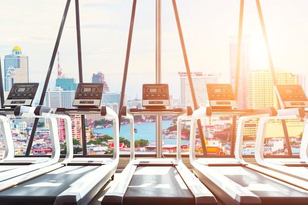 Karuzele w gym z widokiem miasto przy zmierzchem.