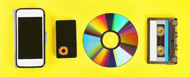 Kaseta, dysk cd, odtwarzacz mp3, telefon komórkowy.