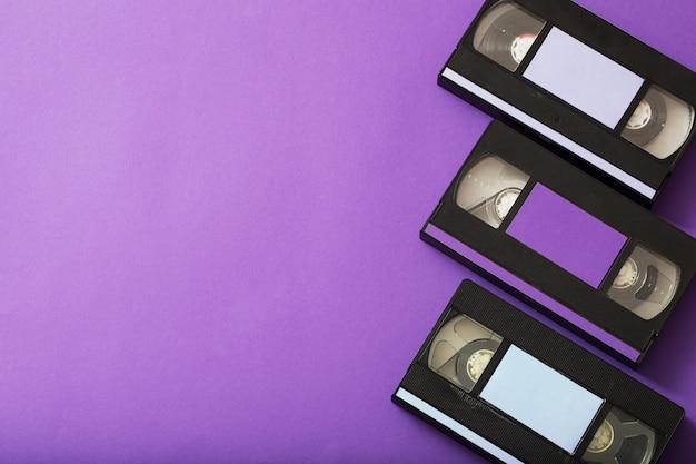 Kaseta wideo na fioletowej powierzchni.