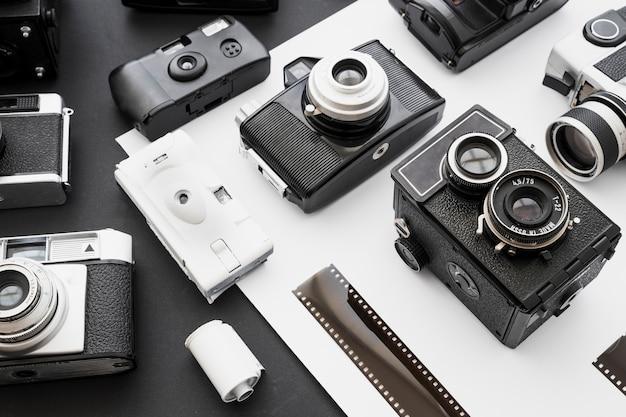Kaseta z taśmą i taśmą w pobliżu aparatów fotograficznych