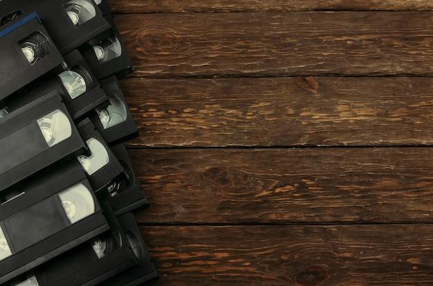 Kasety retro na drewnianym tle