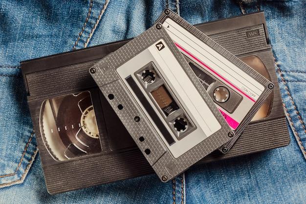 Kasety z taśmą audio i wideo na dżinsach.