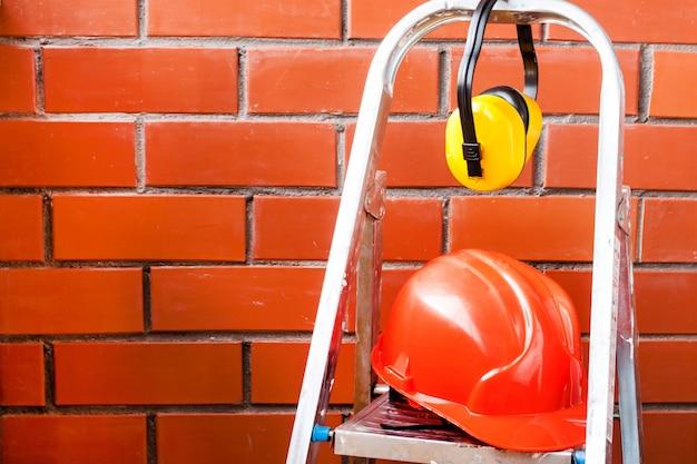 Kask budowlany jest symbolem bezpieczeństwa w miejscu pracy. zestaw narzędzi.