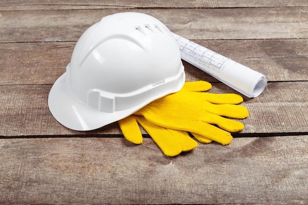 Kask i stare skórzane rękawiczki