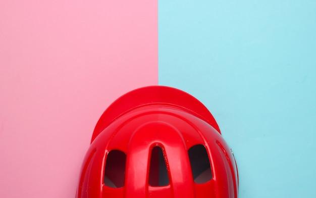Kask ochronny do aktywnych sportów na różowo-niebieskim tle. widok z góry