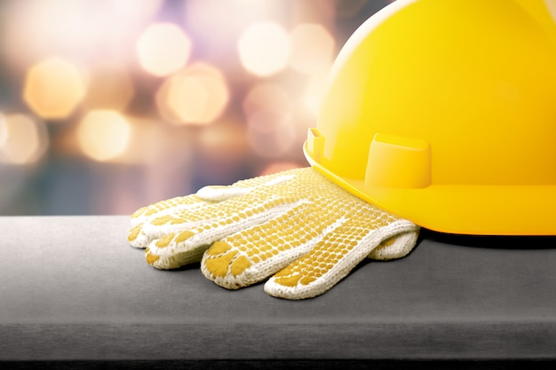 Kask ochronny i rękawiczki na stole