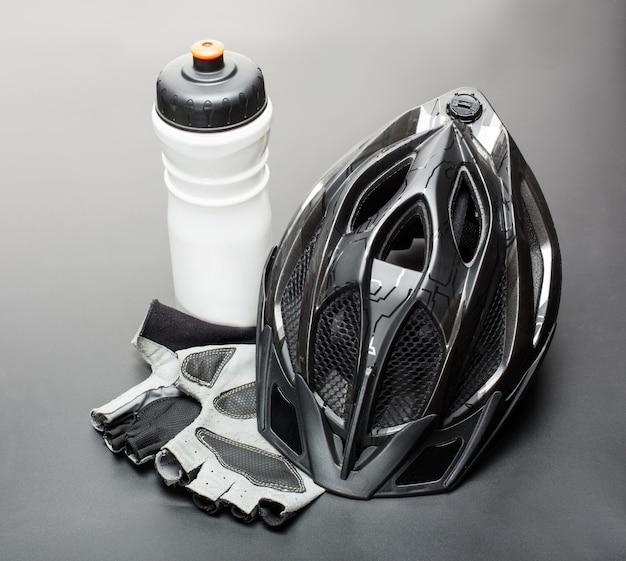Kask, rękawiczki i bidon - akcesoria rowerowe