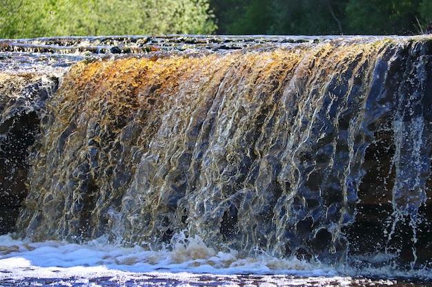 Kaskada strumienia wody spadająca na skały z bliska