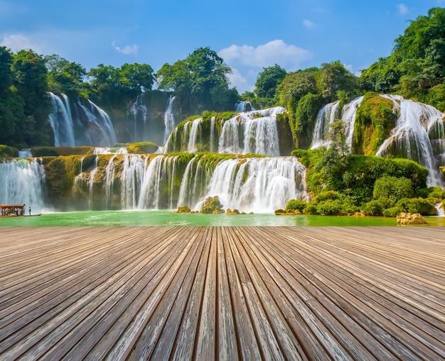 Kaskada zakaz wody dżungli kamień świeży