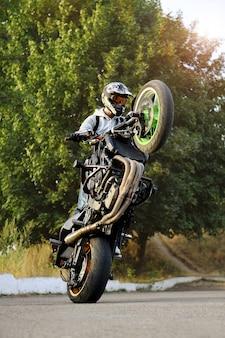 Kaskader wykonujący sztuczki motocyklowe