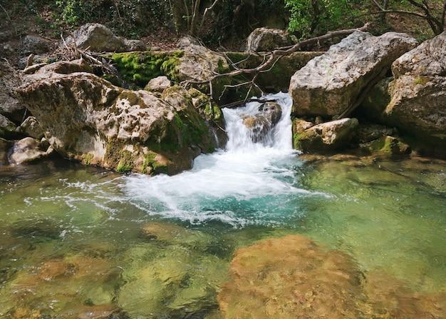 Kaskady na wiosennej górskiej rzece (rzeka kokkozka, wielki kanion krymski, ukraina).