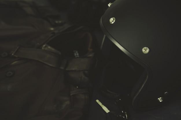 Kaski i kombinezony motocyklowe w stylu vintage