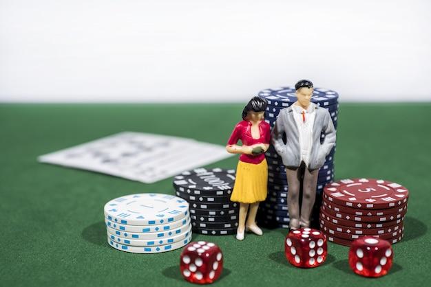 Kasynowa gra w pokera na zielonym stole. temat hazardu