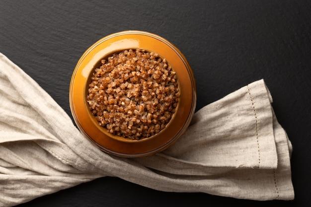 Kasza gryczana gotowana w glinianym garnku w piekarniku, układana na płasko