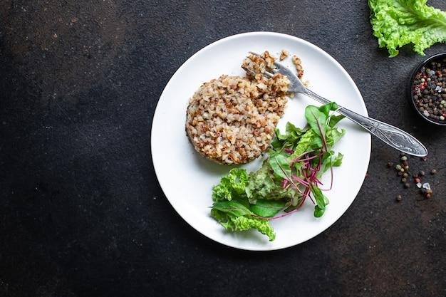 Kasza gryczana i sałata świeża zielona mieszanka sałat keto lub paleo dieta wegańska lub wegetariańska