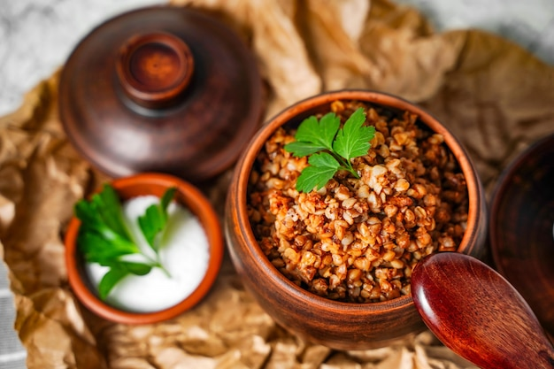 Kasza gryczana z pietruszką w puli śniadanie zdrowe jedzenie z bliska
