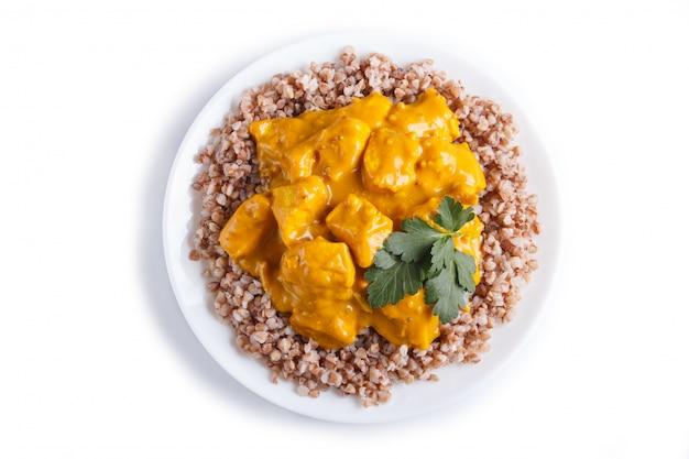 Kasza gryczana z sosem curry z kurczaka