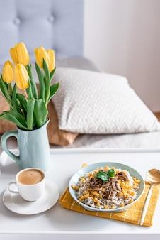 Kasza jęczmienna z grzybami i kukurydzą, zdrowe jedzenie, śniadanie, filiżanka czarnej kawy