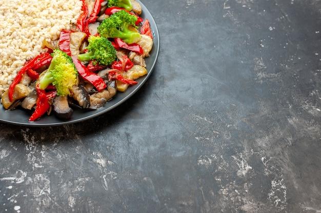 Kasza jęczmienna z widokiem z przodu z gotowanymi warzywami