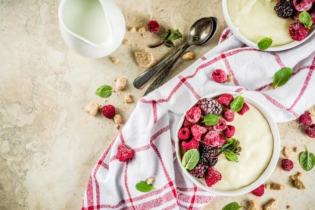 Kasza manna ze świeżymi jagodami