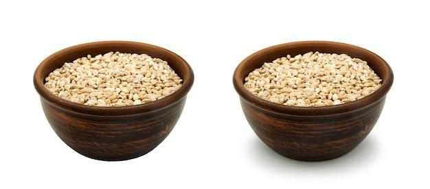 Kasza perłowa w prostej glinianej misce na białym tle, na białym tle i z cieniem