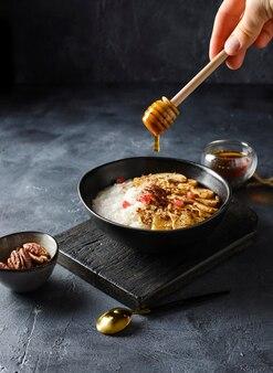 Kasza ryżowa z orzechami i miodem