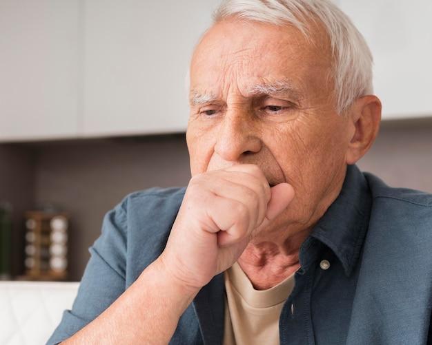 Kaszel starego człowieka z bliska