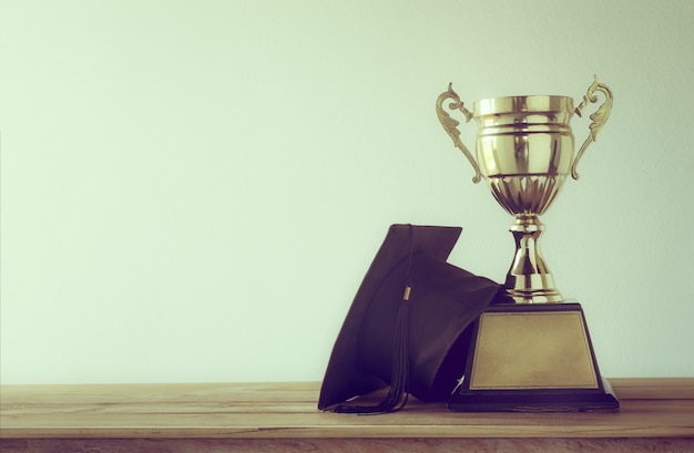 Kasztana z mistrzem złote trofeum na stół z drewna z miejsca na kopię
