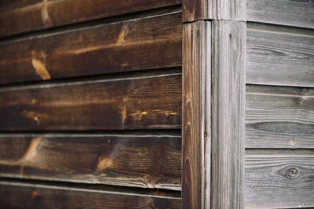 Kąt ściany wiejskiego domu z poziomego drewna deski.
