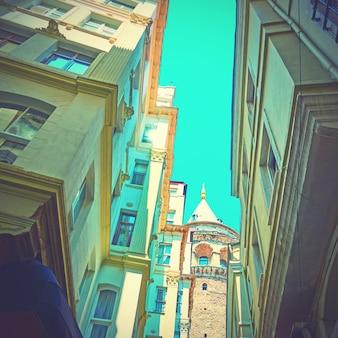 Kąt strzału starej ulicy w stambule w pobliżu wieży galata, turcja. zabytkowy styl