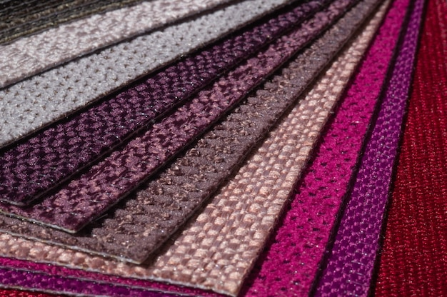 Katalog tkanin w odcieniach różu i fioletu