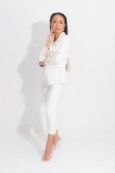 Katalog w stylu mody odzież dla kobiety biznesu czarne długie włosy naturalny makijaż nosić biały kostium kostium